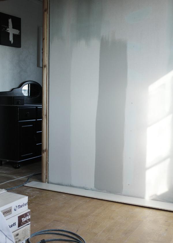 grå nyanser på väggarna som test för att se vilken som blir bra. Grå nyanser färg på väggen. Rauk. Natursten. snäckskal.