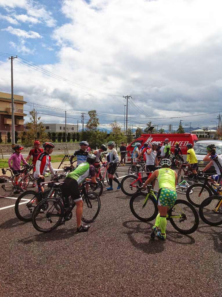 仲間とロードバイク、トライアスロンバイクに乗り互いに高めあうのが集団練習