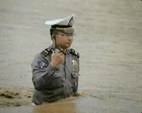 Iptu Eko Baskara S Menerjang Banjir