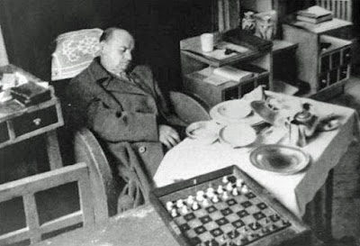 Alekhine muerto frente al tablero