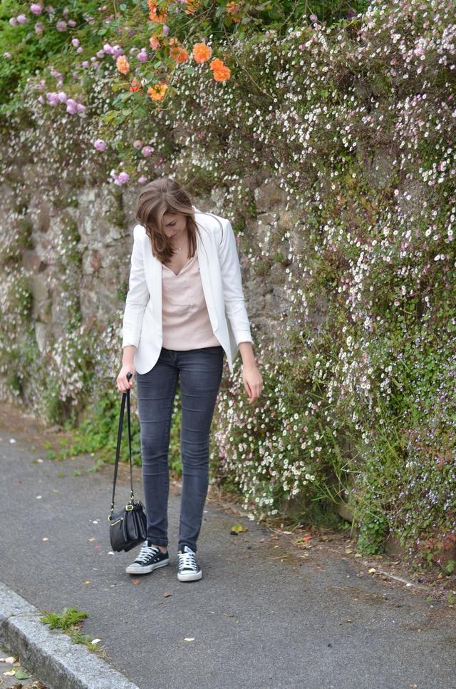 Ohcommentçava - Blazer blanc, blouse nude, converses