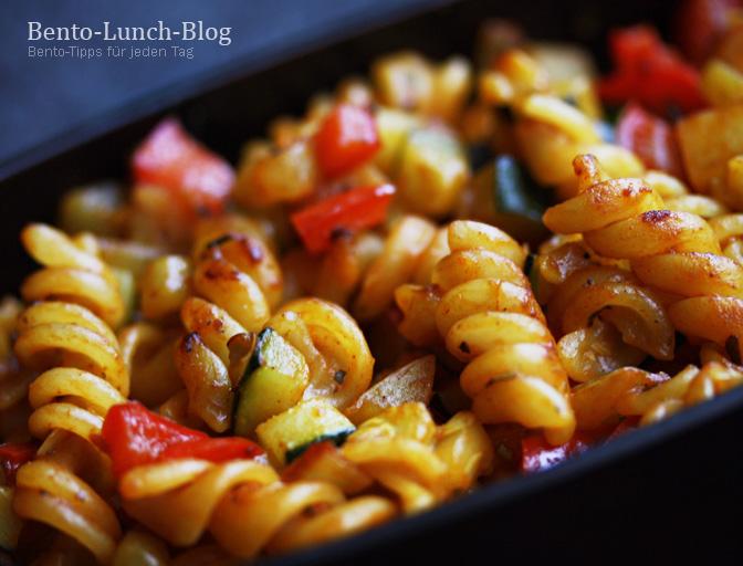 bento lunch blog bento 116 gebratene tomaten curry pasta mit paniertem fisch. Black Bedroom Furniture Sets. Home Design Ideas
