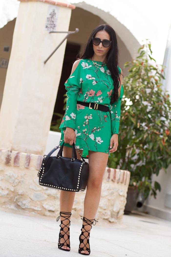 Vestido con los hombros al aire oriental verde