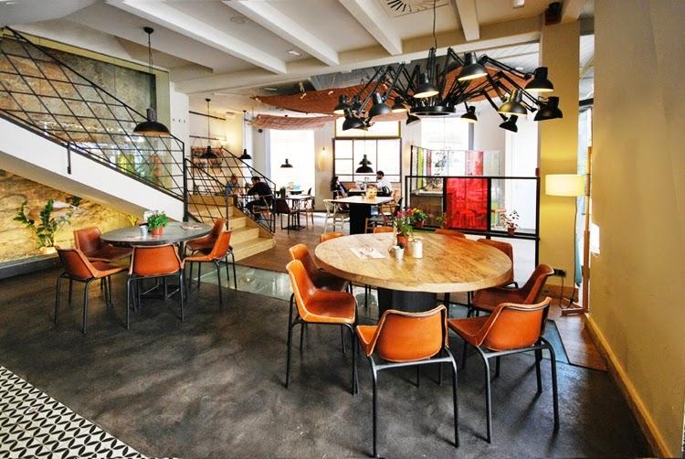 restaurante con un interior de inspiración industrial