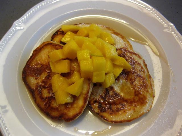Buttermilch-Pancakes mit Mango und Ahornsirup