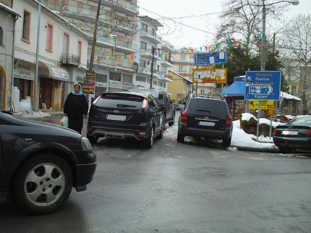 Τα αυτοκίνητα στα πεζοδρόμια και οι πεζοί στους δρόμους