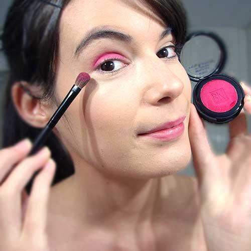 monika sanchez aplicando sombra roja para maquillaje de diabla