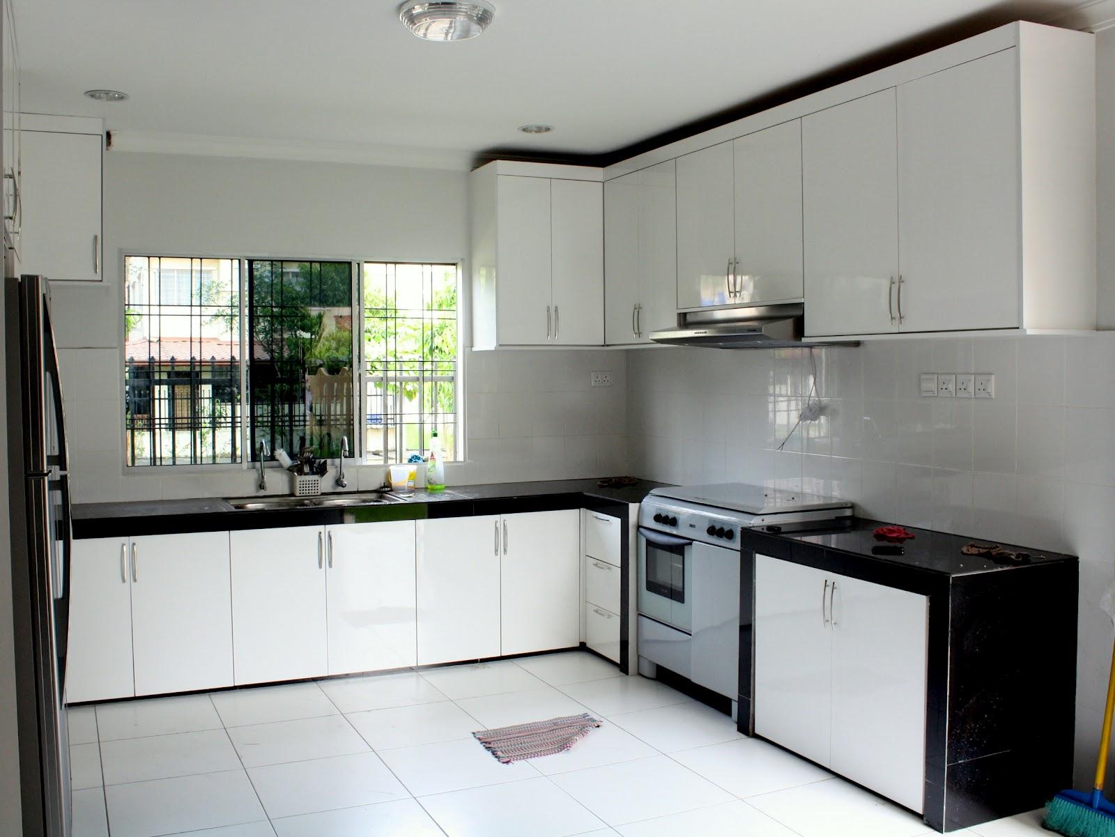 dapur dibuat daripada kongkrit dengan tiles berukuran 2 kaki x 2 kaki