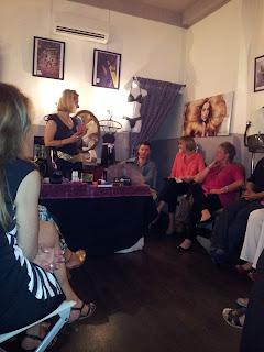 Christel, animatrice Olly Boutique, devant une assistance concentrée, pour une belle soirée dans notre salon de coiffure à Montpellier, le Studio 54.