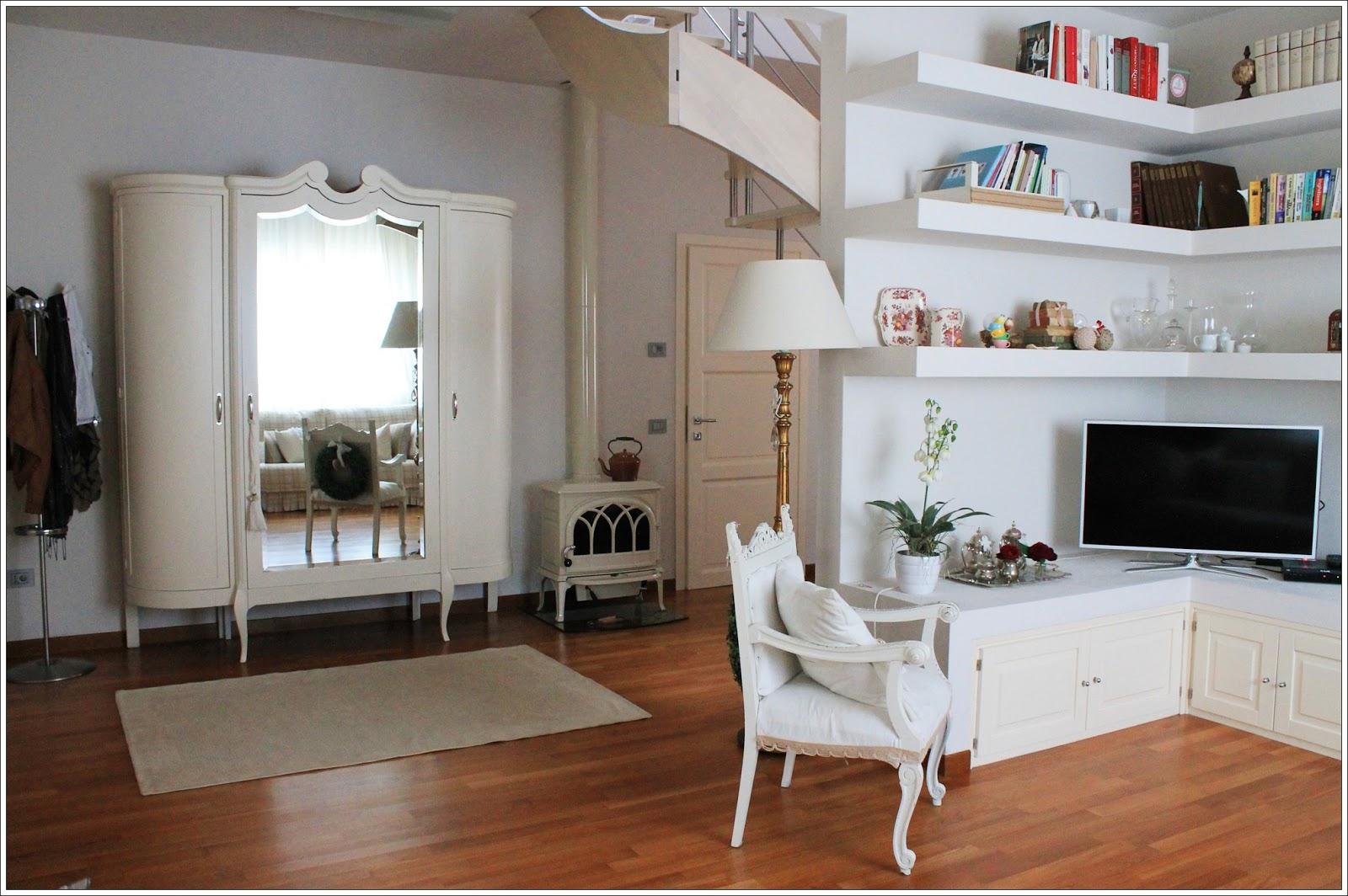Fasci di luci sulle pareti come arredi for Mobili soggiorno moderni ikea