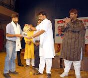 विनोद उपाध्याय को सम्मानित करते संस्कृति मंत्री लक्ष्मीकांत शर्मा