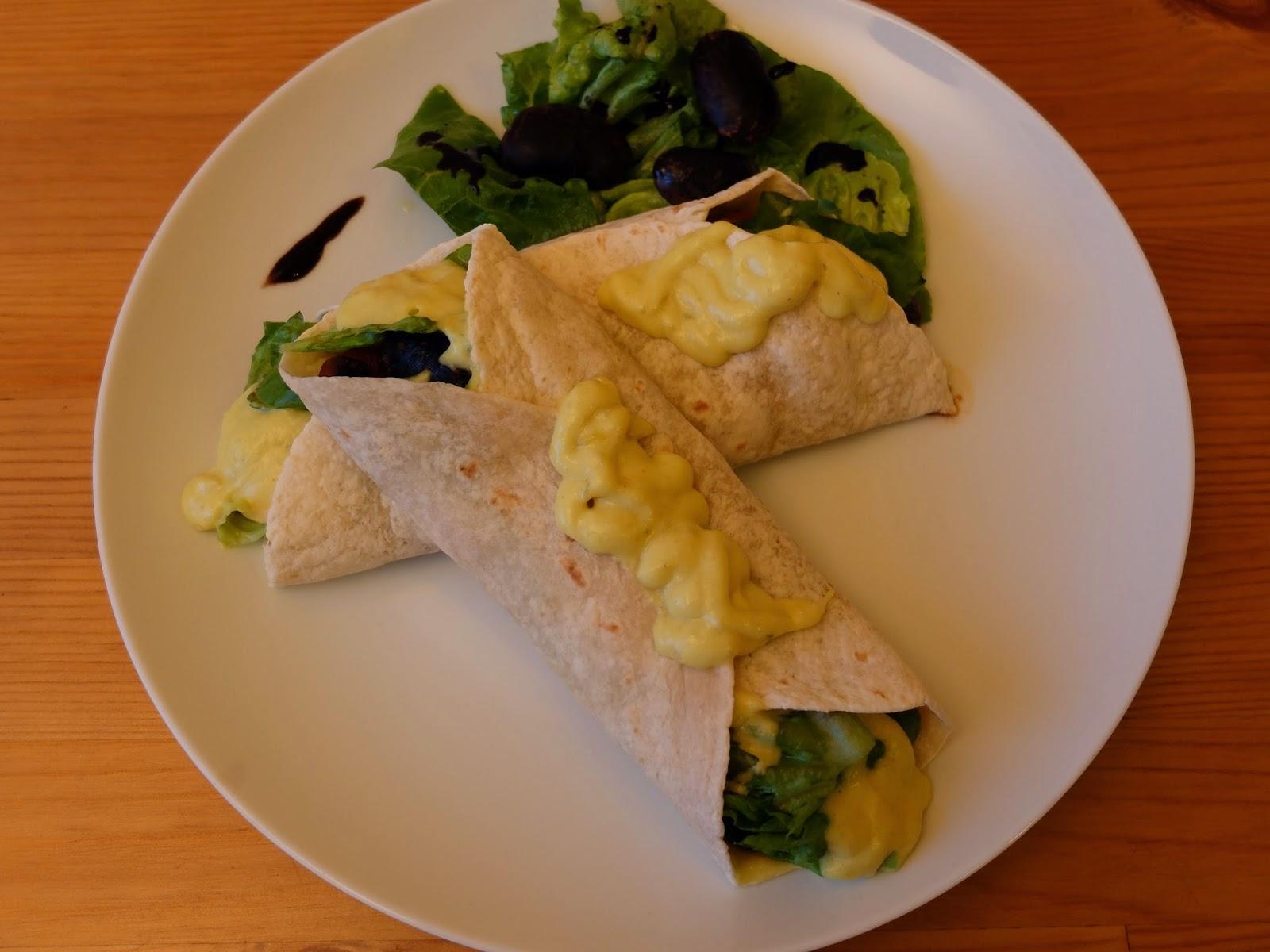 Wraps mit bunten Riesenbohnen und veganer Käsesauce