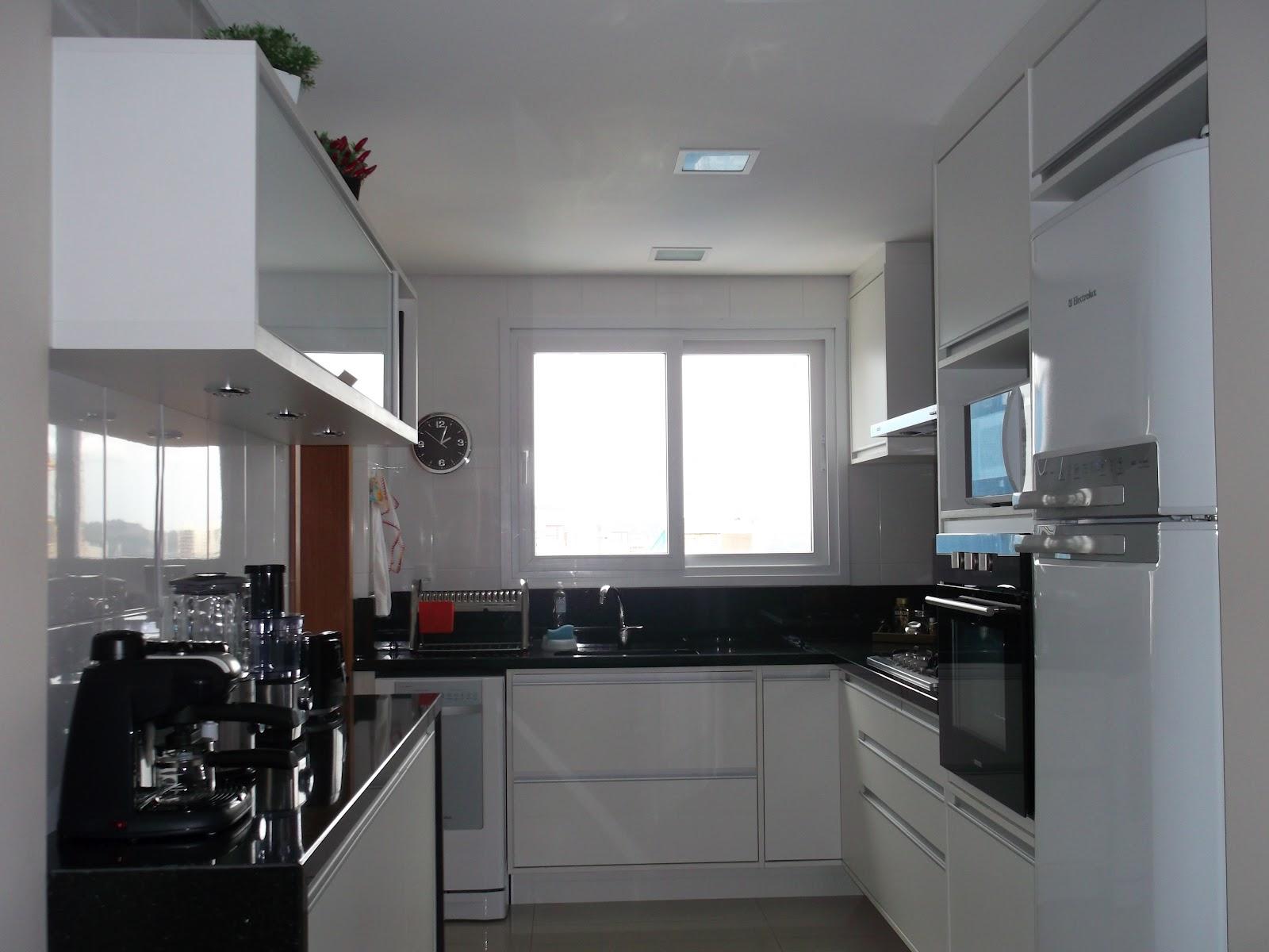cozinha ficou com um ótimo espaço para circulação e boa  #59423F 1600 1200