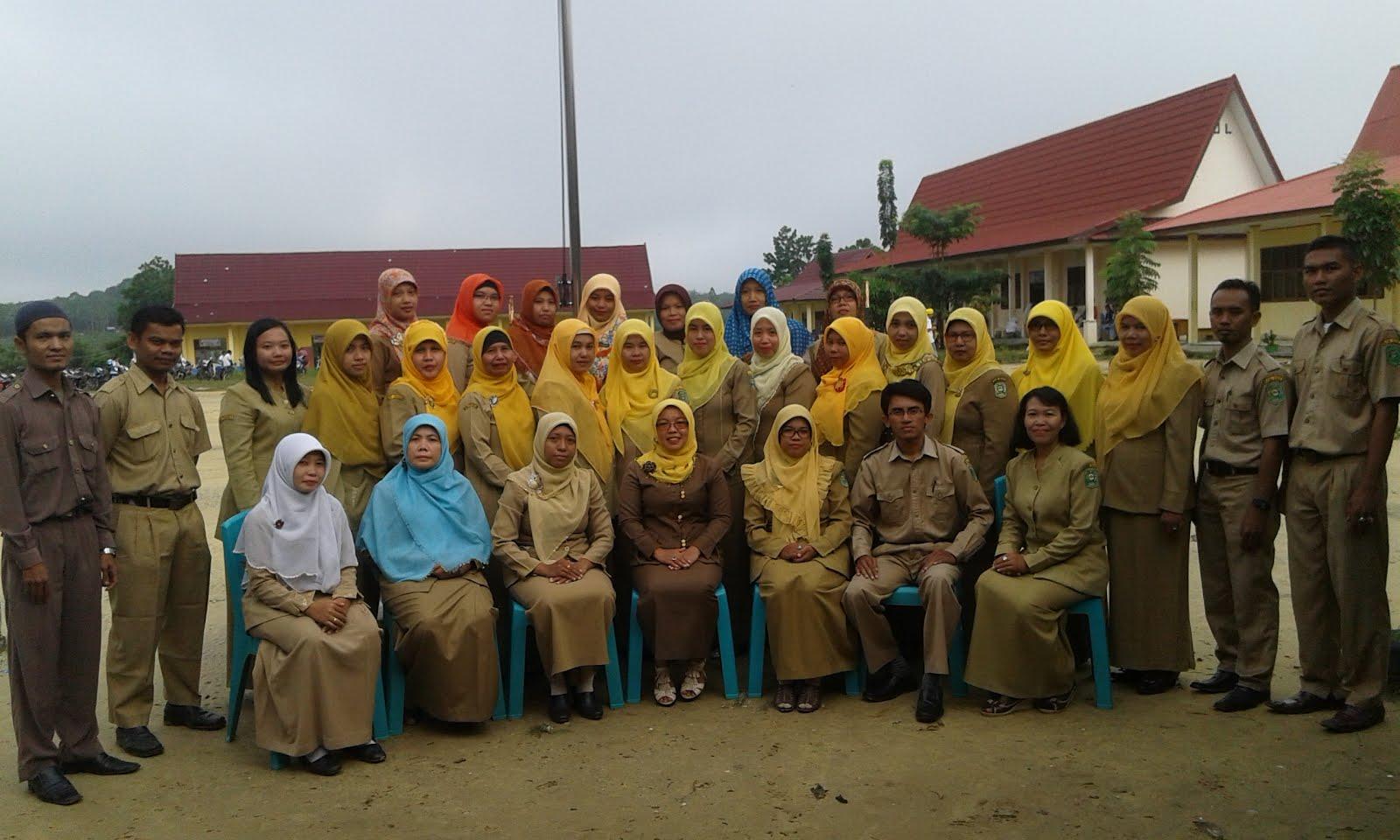 Foto bersama rekan-rekan guru SMK Negeri 1 Tualang