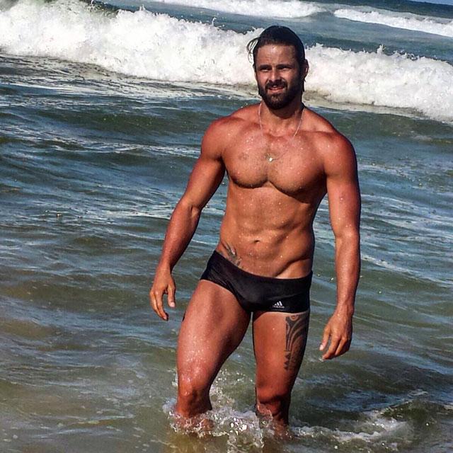 Fabiano Gurgel toma banho de mar na Praia do Futuro, em Fortaleza. Foto: Arquivo pessoal