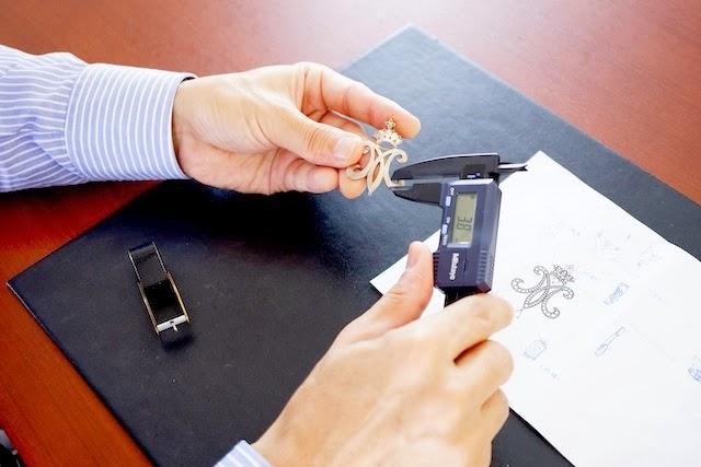 デザイナーがノギスで綿密に型枠のチェックをします。