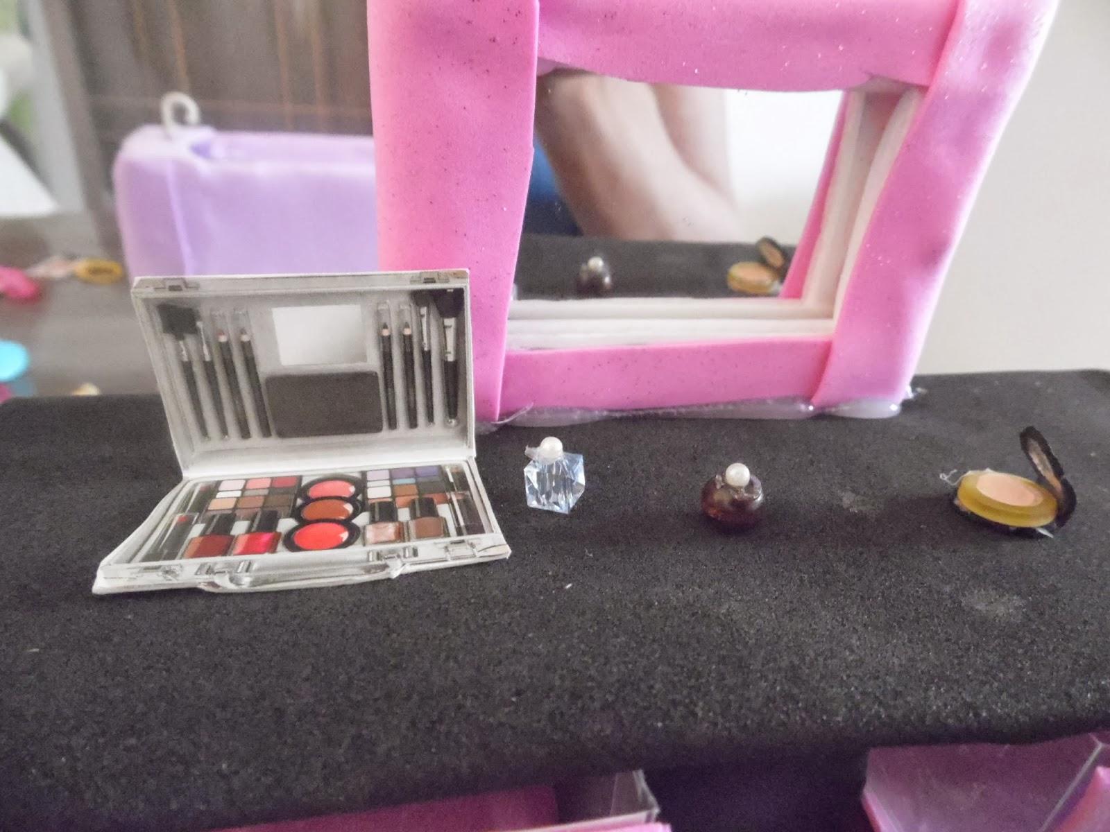 SEGREDINHOS DA CLAU: ARTE NAS FÉRIAS: PENTEADEIRA PARA BARBIE #A12A70 1600x1200 Banheiro Da Barbie Como Fazer