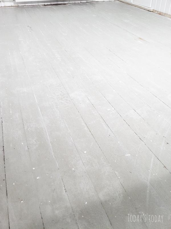 Puhdistettu lattia! Vanha haalea turkoosi on kaunis sävy. Valitettavasti  maali on sen verran kärsinyt 985410d955