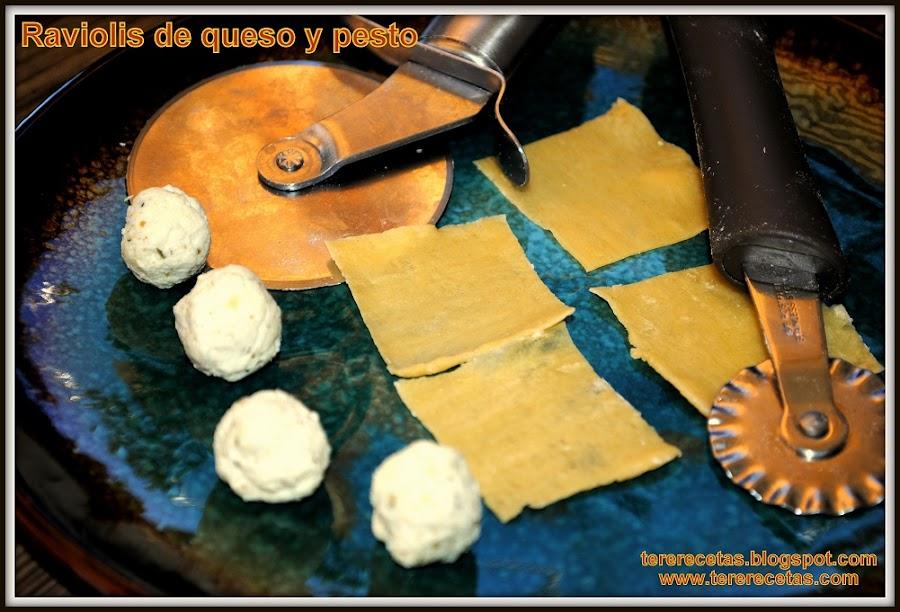Raviolis de queso y pesto hechos en casa