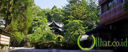 Berdoa di Kuil Okazaki, Jepang