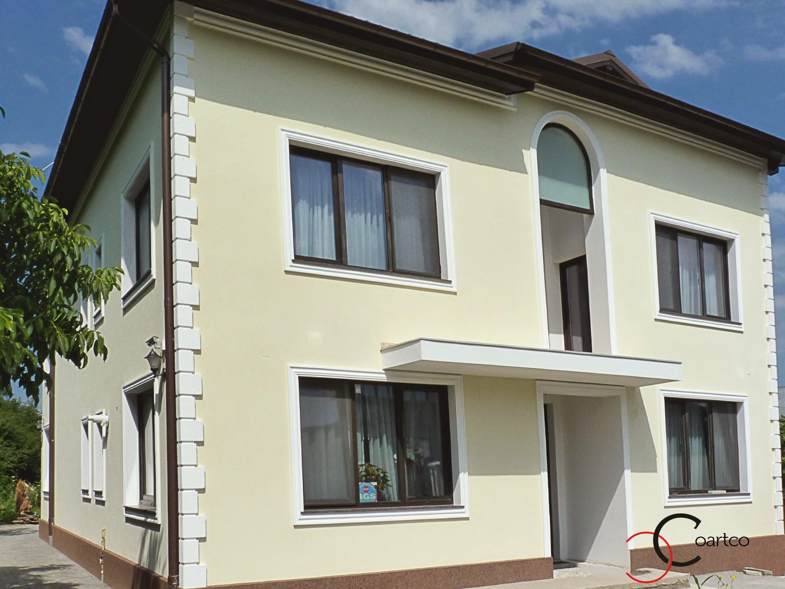 fatade de case cu profile decorative precum ancadramente geamuri, cornisa sub sagheac, colturi case - imitatie piatra de bosaj, si arcada