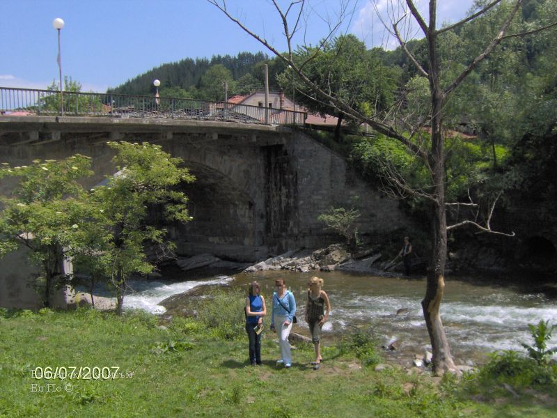 Река черни осъм под музея и моста