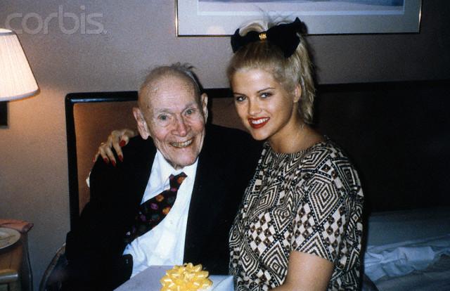 La boda de Anna Nocile Smith una joven y voluptuosa rubia de orígenes humildes con J. Howard Marshall un magnate del petróleo de 89 años años\u2026
