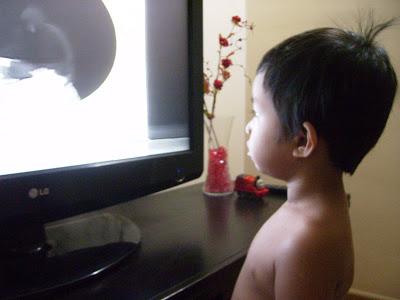Mengapa Kanak-kanak Suka Berdiri Depan TV? Ada Sebabnya..