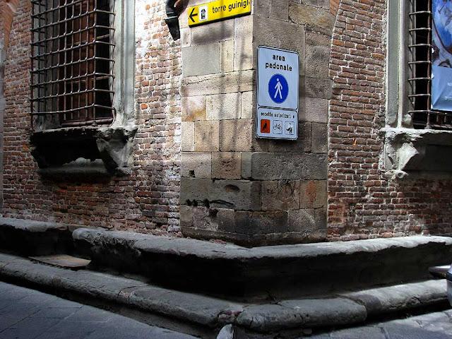 Corner bench, via Sant'Andrea / via Guinigi, Lucca