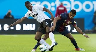 Evra Saat Berebut Bola Melawan Alexis