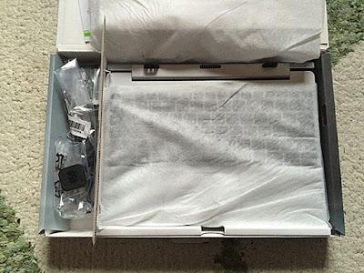 キーボードは白い布っぽい紙で保護