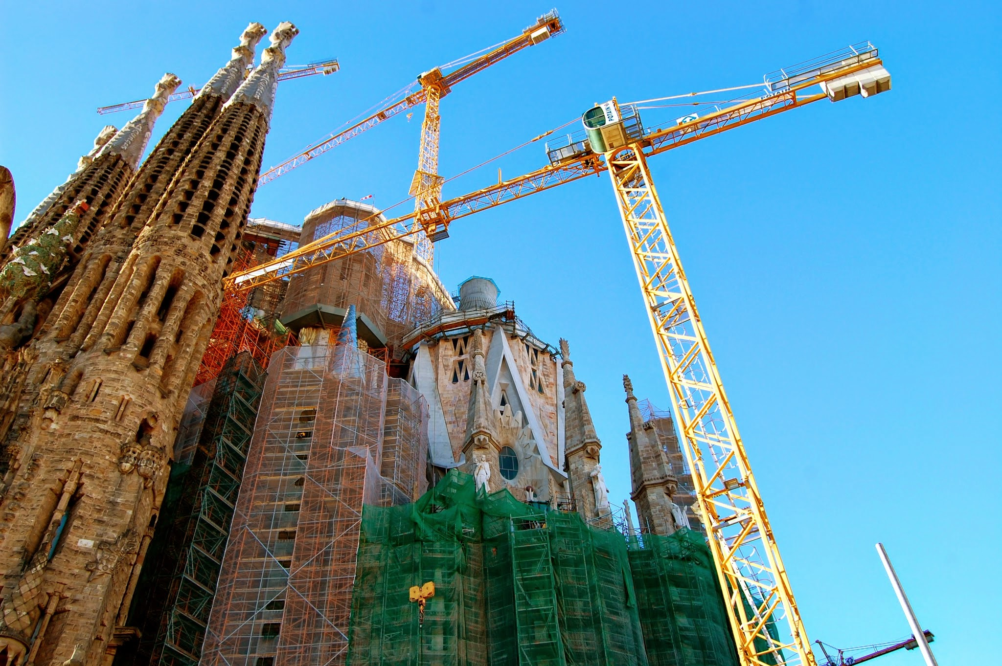 Cranes rising above the apse of the Sagrada Familia