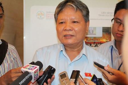 Bộ trưởng Tư pháp Hà Hùng Cường bên hành lang Quốc hội chiều 28/10.