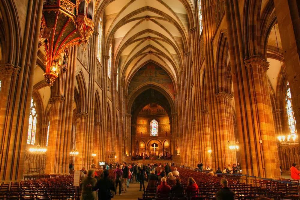 Interieur van de kathedraal van Straatsburg in Frankrijk
