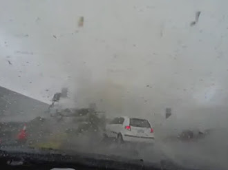 Tifón de Taiwán se 'traga' un automóvil / Car gets blown away by mini tornado in Taiwan