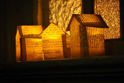 http://teodeco.blogspot.com/2012/12/tiny-paper-houses-buchseiten-hauschen.html
