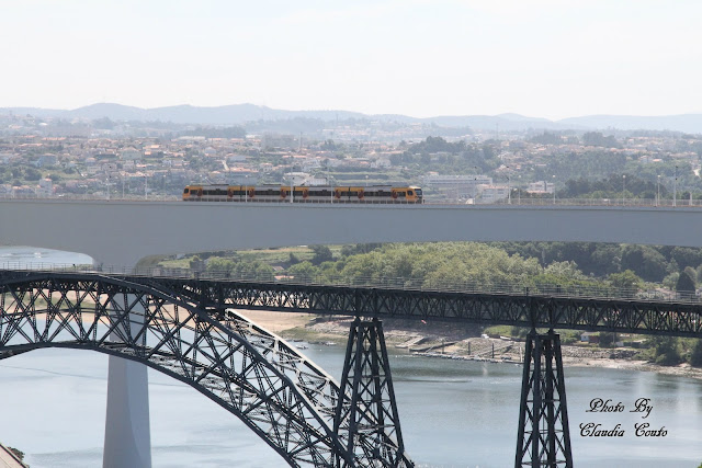 A ponte D. Maria Pia apareceu-me do lado direito e mesmo ao seu lado a ponte São João ambas majestosas completando-se uma ao outro, para sorte minha passou um comboio mesma na hora em que estava a tirar a fotografia.