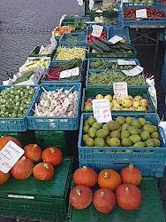 Täglich kann man  auf dem Erfurter Domplatz frisches Obst und Gemüse kaufen.