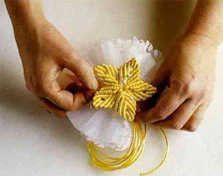 Украшение плетеными в макраме цветами различных аксессуаров: заколка и бонбоньерка