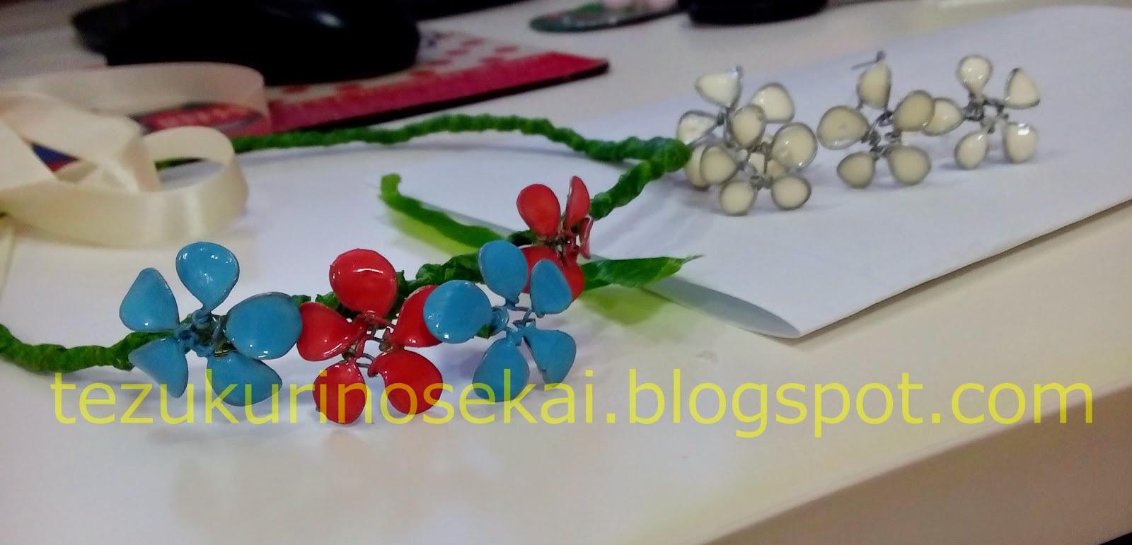 tutorial mahkota bunga flower crown dari kawat lilitkan bunga satu persatu dengan warna berselang seling ke lingkaran flower crown yang sudah dibuat izmirmasajfo