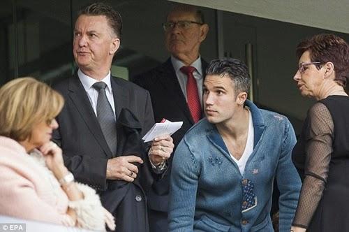 """Sau khi tin tức Moyes sắp bị sa thải được loan rộng, HLV Louis Van Gaal lập tức đánh tiếng sẵn sàng ngồi lên """"ghế nóng"""" dẫn dắt M.U."""