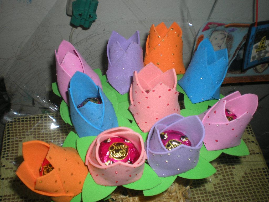 Este é um buquê de tulipas porta bombom que fiz para presentear as
