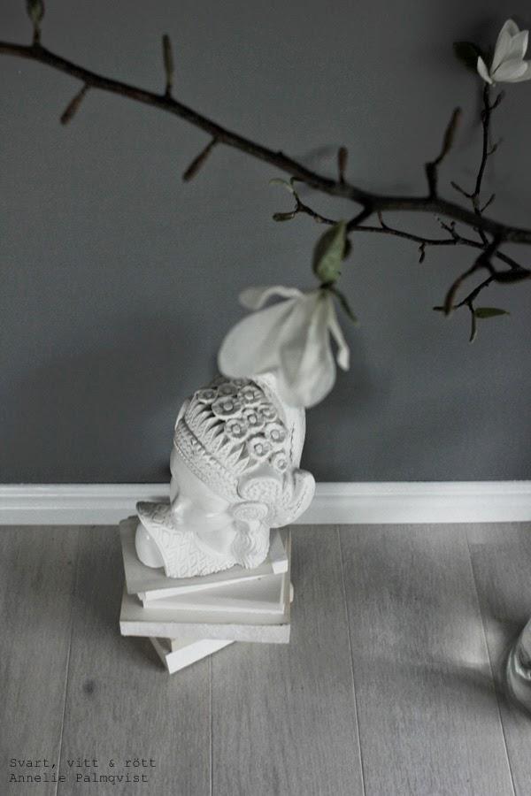 magnolia, gren, kvist, trädgren magnolia, inreda, vårtips, skulptur, vitt, grått, interior, skandinaviskt hem, nordiskt hem, home, decorations, dekoration, inreda, vardagsrum,