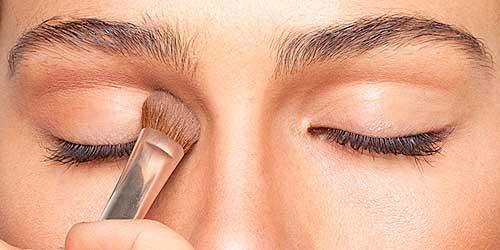 aplicando sombra marron en los ojos para contornearlos