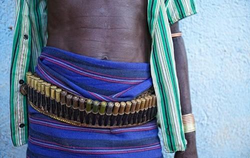 Tribu en Etiopía - línea de proyectiles