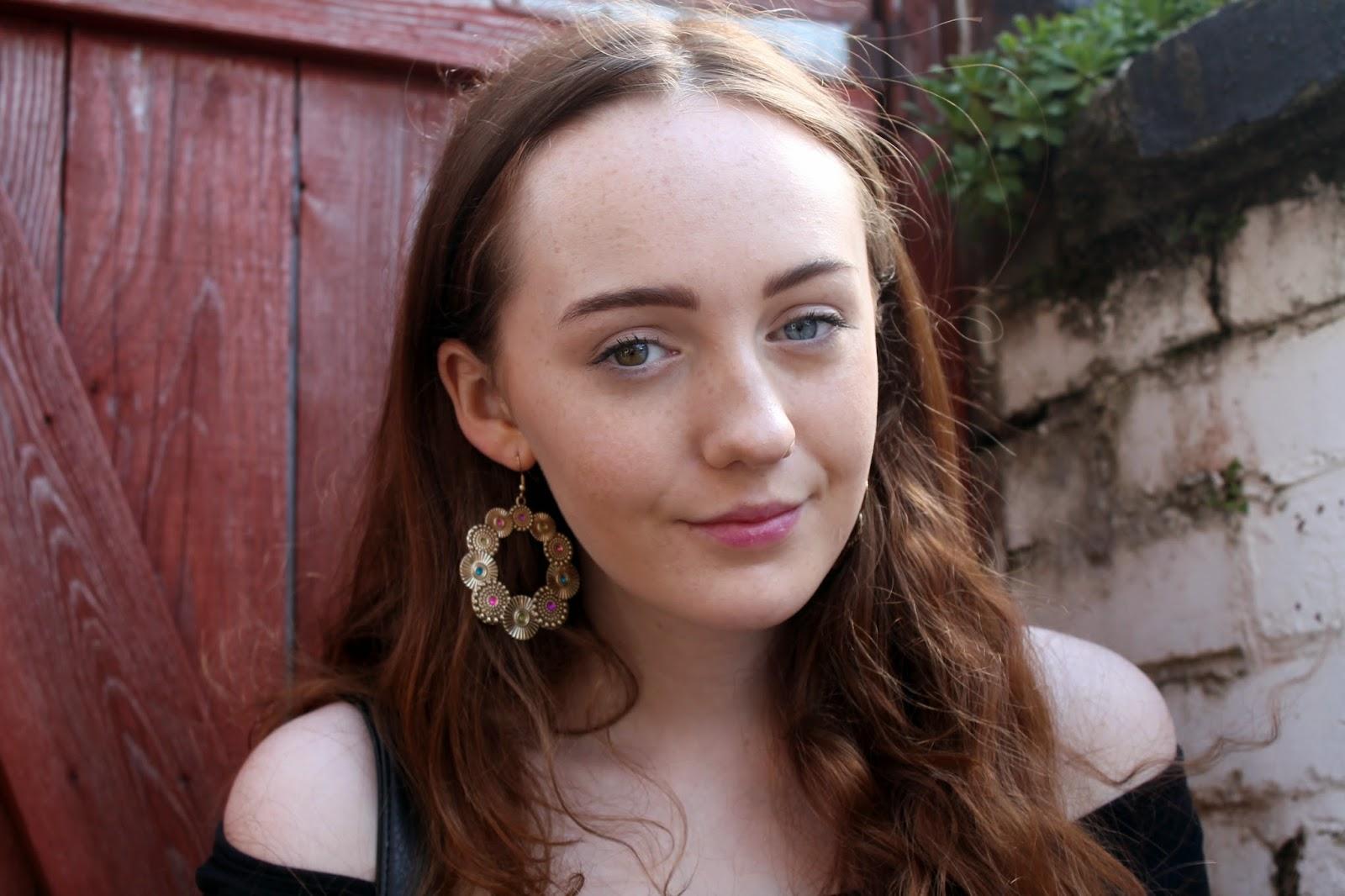 heterochromia iridium multicoloured eyes different coloured eyes gold hoop earrings