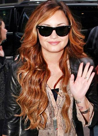 Demi Lovato her zamanki gibi güneş gözlüklerinden hiç ayrılmıyor ve uzun dalgalı saçları ile birlikte mükemmel bir havaya giriyor