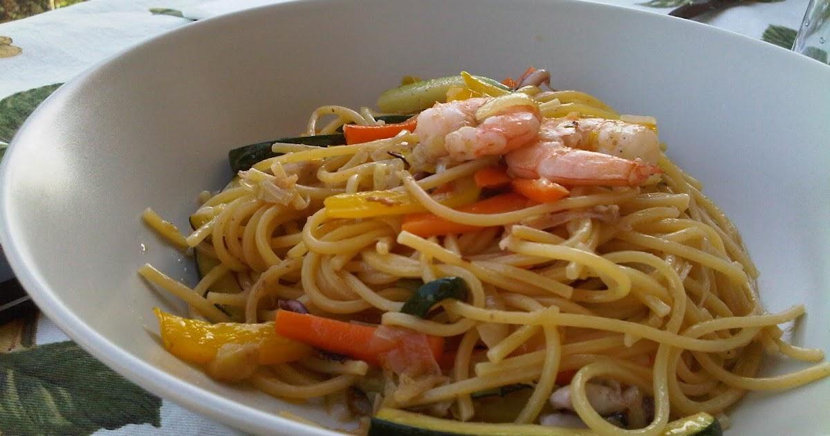 Arancionissima noodles con gamberi ciuffi di calamaro e for Cucinare noodles