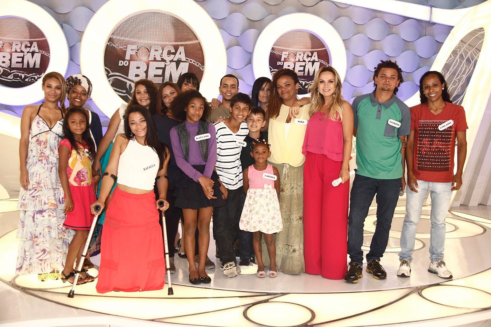 Mara abraçada com Eliana e seus filhos adotivos  Crédito: Artur Igrecias/SBT