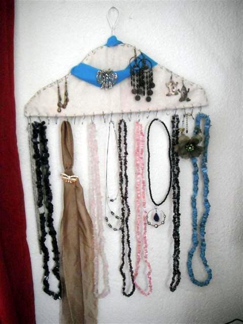 Manualidades para colgar collares y pulseras for Porta ganchos de ropa